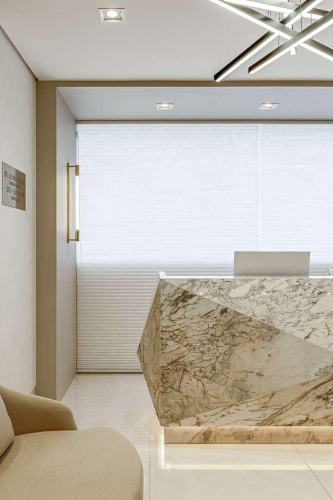 42. Sala de espera com balcão de mármore bege – Foto RPGuimarães