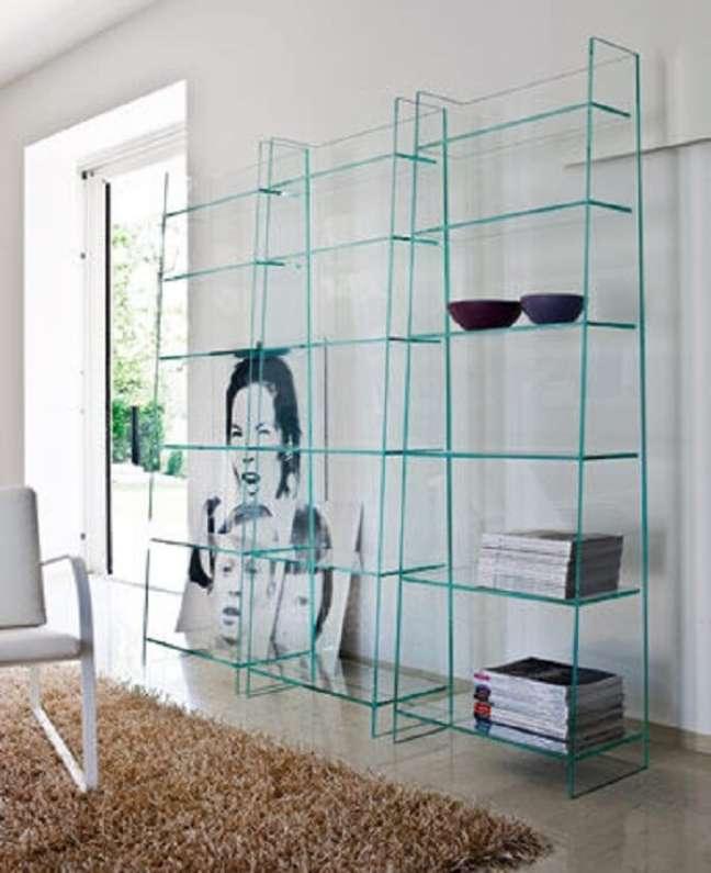 40. Mantenha o ambiente organizado com estante de vidro para livros. Fonte: Pinterest