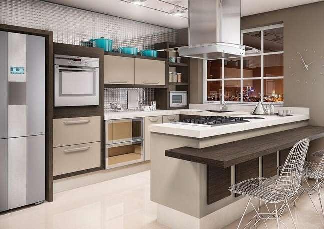 25. Cadeira cromada moderna para decoração de cozinha planejada estilo americana em U – Foto: Idealle Mobille