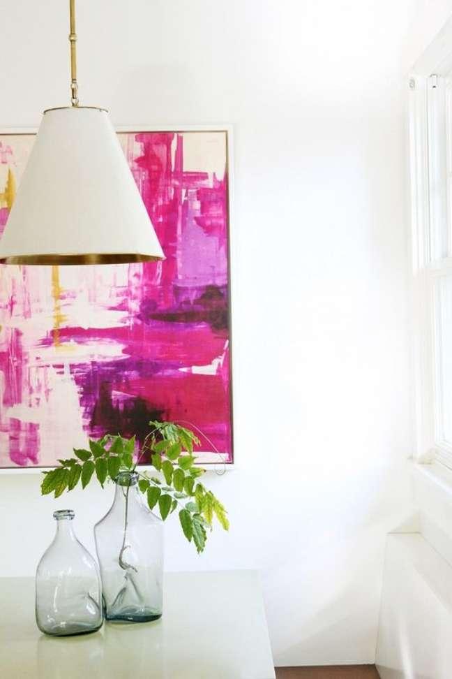 101. Sala com lustre branco e quadro colorido – Foto My Domaine