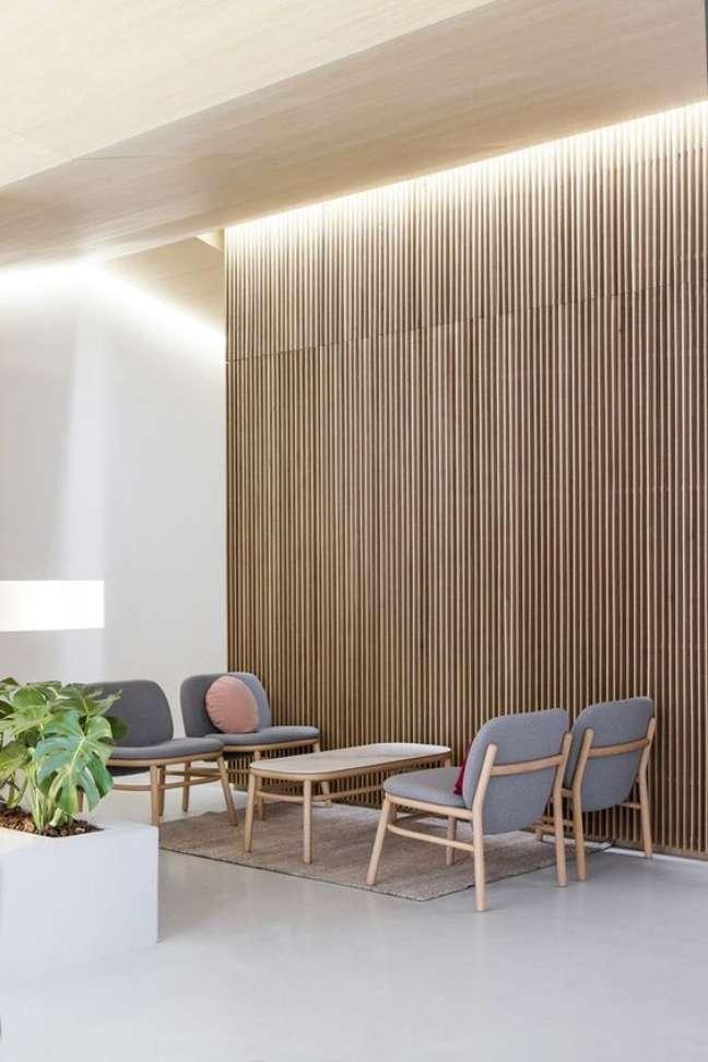 8. Sala de espera com cadeiras confortáveis em cinza e almofadas redondas -Foto Diario Design
