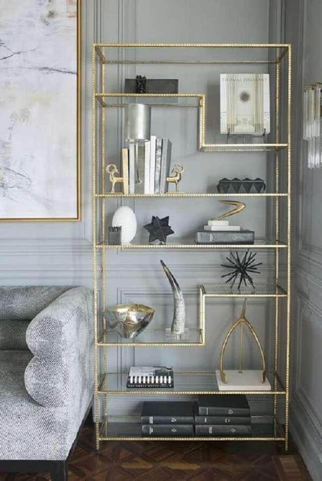 44. O acabamento em dourado deixa a estante de vidro ainda mais sofisticada. Fonte: Pinterest