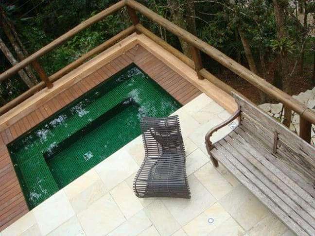 19. Casa com piscina verde e deck de madeira. Projeto de CSDA Arquitetura + Decoração