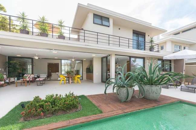 8. A piscina pastilha verde traz um contraste interessante para a área externa. Projeto de Jannini Sagarra Arquitetura