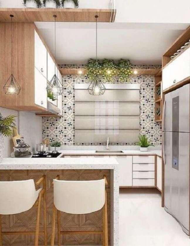 39. Decoração de cozinha estilo americana com armário branco com detalhes em madeira – Foto: Pinterest
