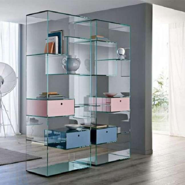 20. A estante de vidro com gavetas coloridas traz descontração para a decoração. Fonte: Pinterest