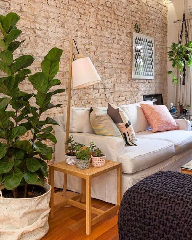 105. Sala com parede de tijolinho e sofá estilo industrial bege – Foto Pinterest