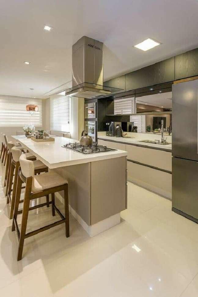 34. Cozinha planejada estilo americana moderna decorada em cores neuras com cooktop na bancada – Foto: Pinterest