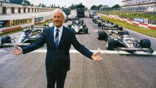 Colin e alguns de seus carros de Fórmula 1.