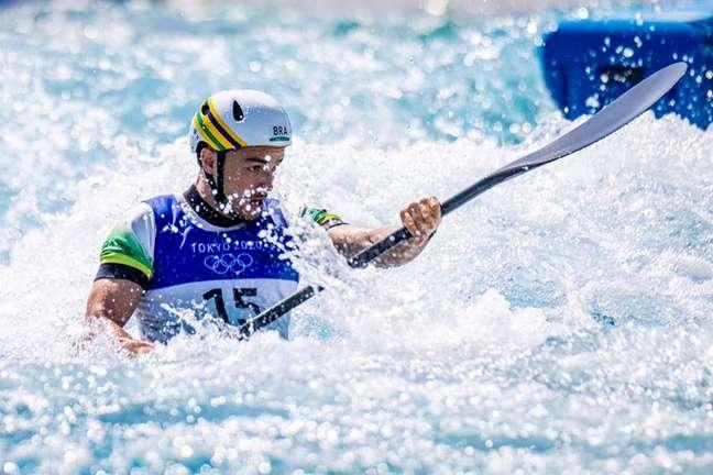 Com capacete em homenagem a Ayrton Senna, Pepê Gonçalves estreou com vitória na canoagem nesta quarta-feira nos Jogos Olímpicos de Tóquio Miriam Jeske/COB