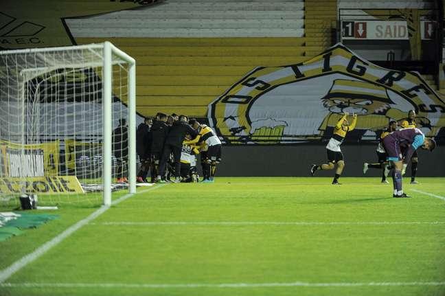 Jogadores do Criciúma (ao fundo) comemoram um dos gols da vitória sobre o Fluminense