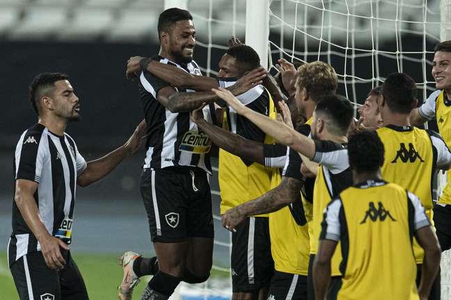Diego Gonçalves salta para comemorar após marcar o segundo gol do Botafogo