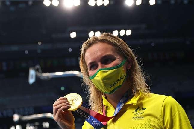 Nadadora australiana Titmus mostra medalha de ouro conquistada nesta quarta-feira Marko Djurica/Reuters