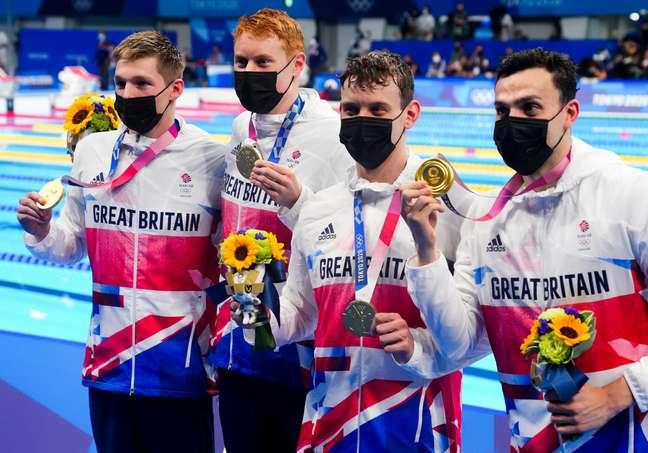 Nadadores da Grã Bretanha comemoram medalha de ouro conquistada nesta quarta-feira nos Jogos Olímpicos de Tóquio Aleksandra Szmigiel/Reuters