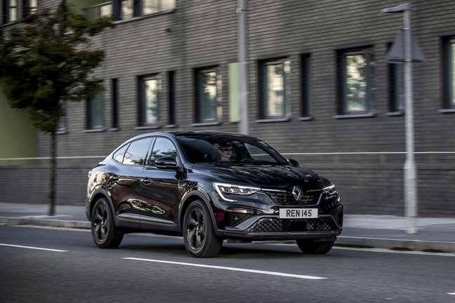 """Renault Arkana tem faróis de led com assinatura em """"C""""."""