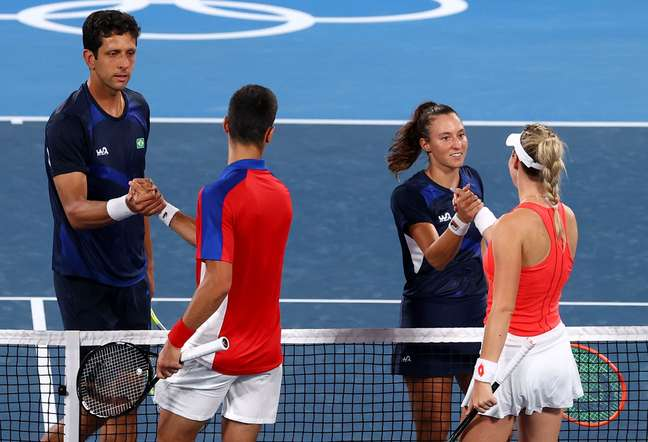 Stojanovic e Djokovic cumprimentam os brasileiros Luisa Stefani e Marcelo Melo após partida de duplas mistas na Olimpíada Edgar Su Reuters