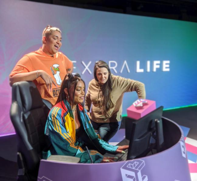 Participantes Yarley e Rebeca conversam com Malena durante gravações do Extra Life