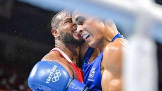 Youness Baalla morde orelha de David Nyika em luta de boxe Reprodução Instagram @davidnyika