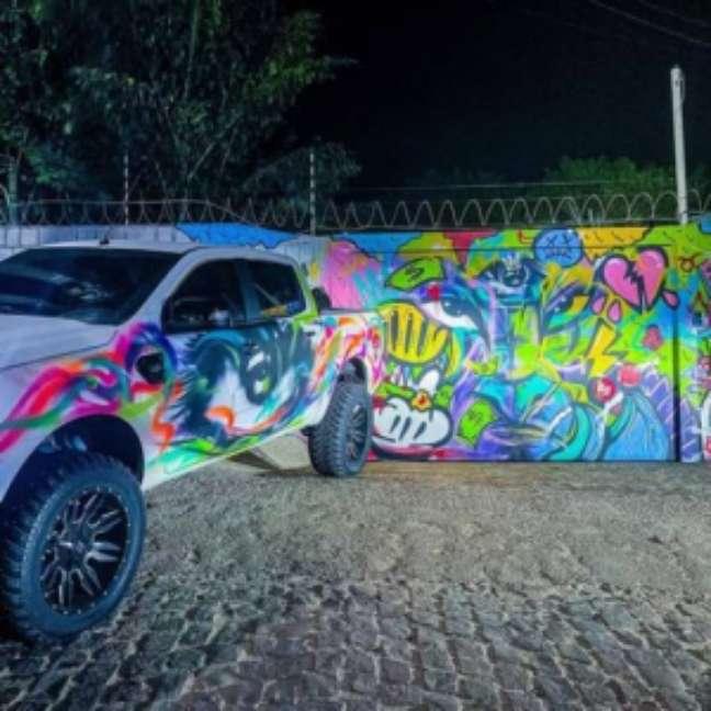 Casa tem muro e carro grafitado (Foto: Reprodução)