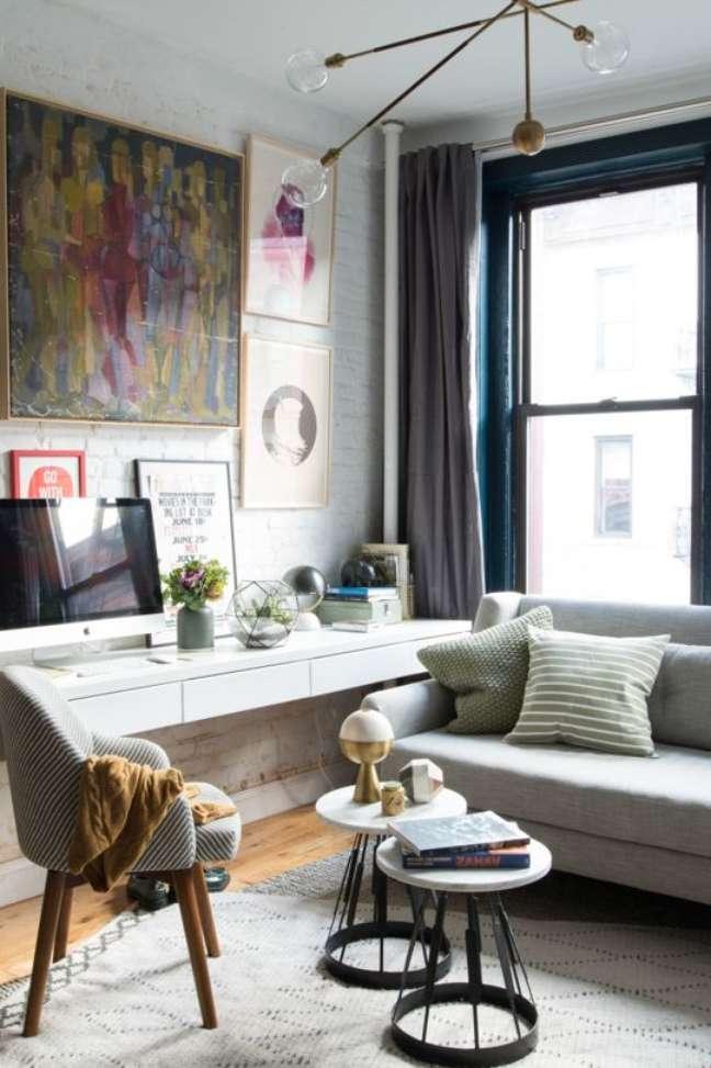 43. Home office na sala moderna com escrivaninha branca – Foto Guia Estilo masculino