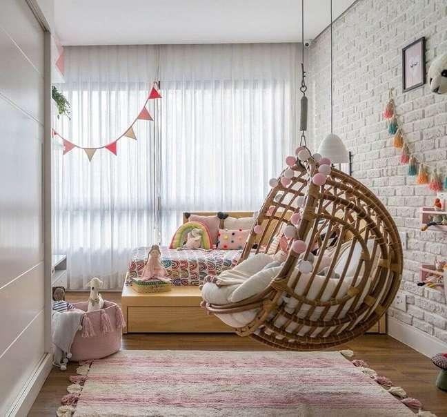 19. Cadeira de balanço suspensa para quarto infantil decorado com parede tijolinho branco – Foto: Hana Lerner Arquitetura