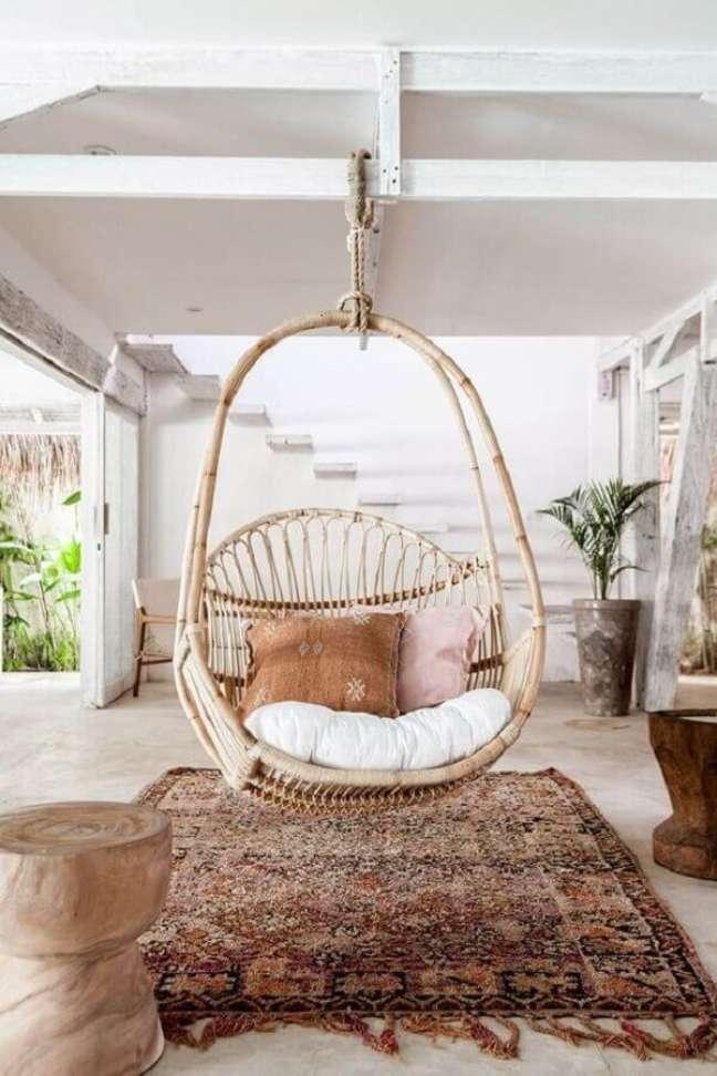 56. Decoração rústica para varanda branca com cadeira suspensa de balanço – Foto: Vobibr