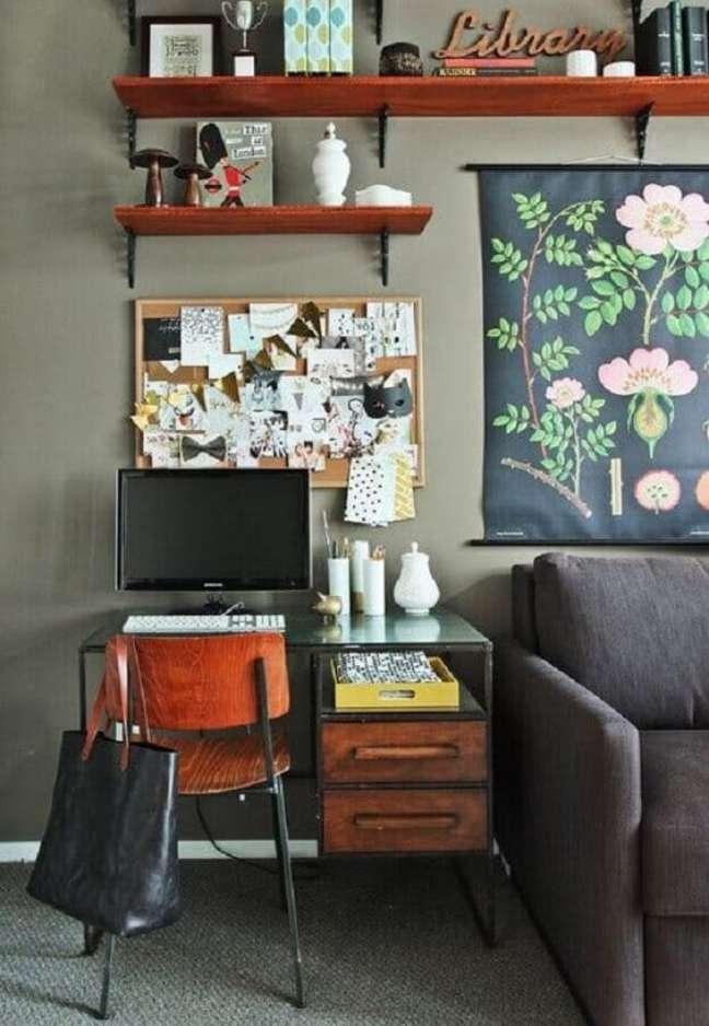 30. Home office na sala com mesa de vidro e cadeira de madeira -Foto Revista VD