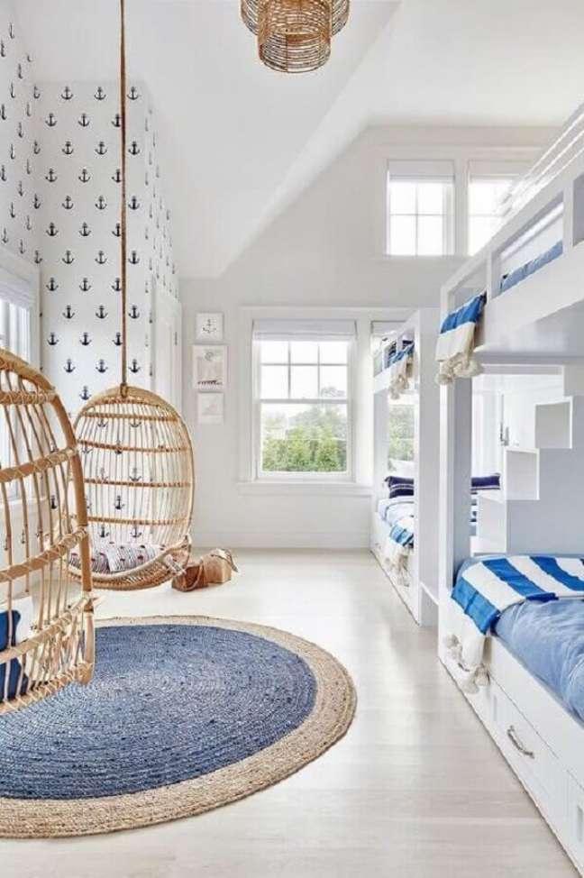 13. Cadeira de balanço suspensa para decoração de quarto infantil branco e azul – Foto: Arquitrecos
