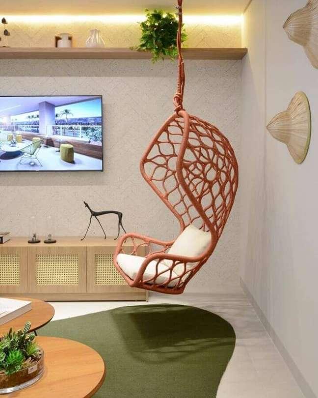 4. Decoração em cores claras para sala de TV com cadeira de balanço moderna suspensa – Foto: Vanessa Graner Arquitetura