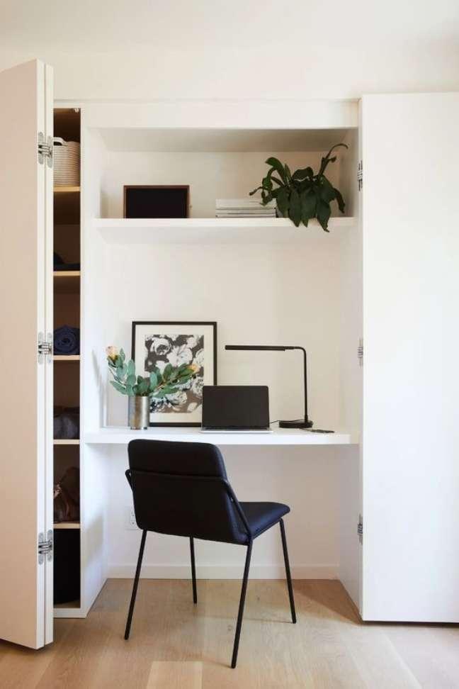 40. Home office na sala de estar planejada com armário branco – Foto Architextural Digest