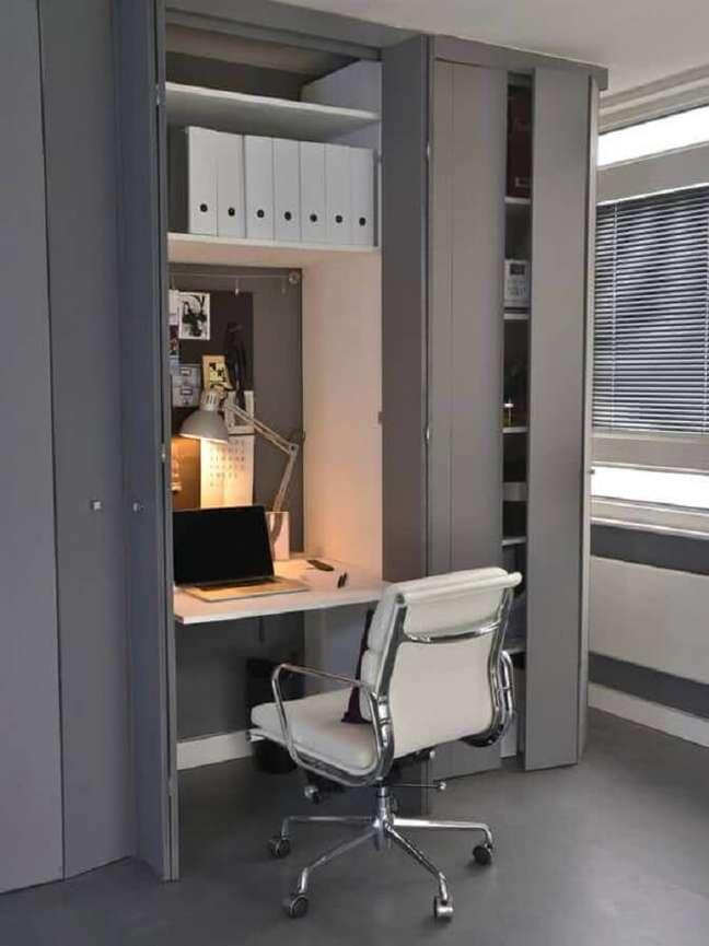 57. Home office na sala de estar dentro do armário planejado – Foto Pinterest
