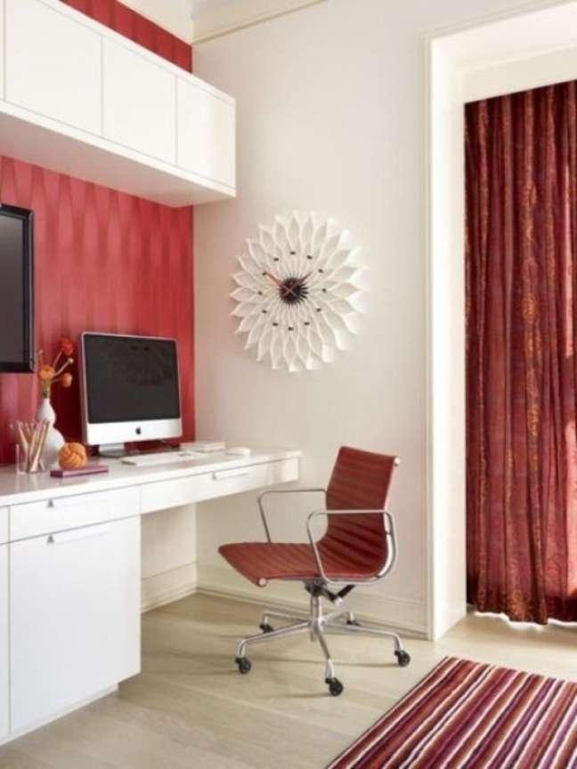 17. Escritório com cadeira giratoria vermelha e escrivaninha branca – Foto Fashion Bubbles