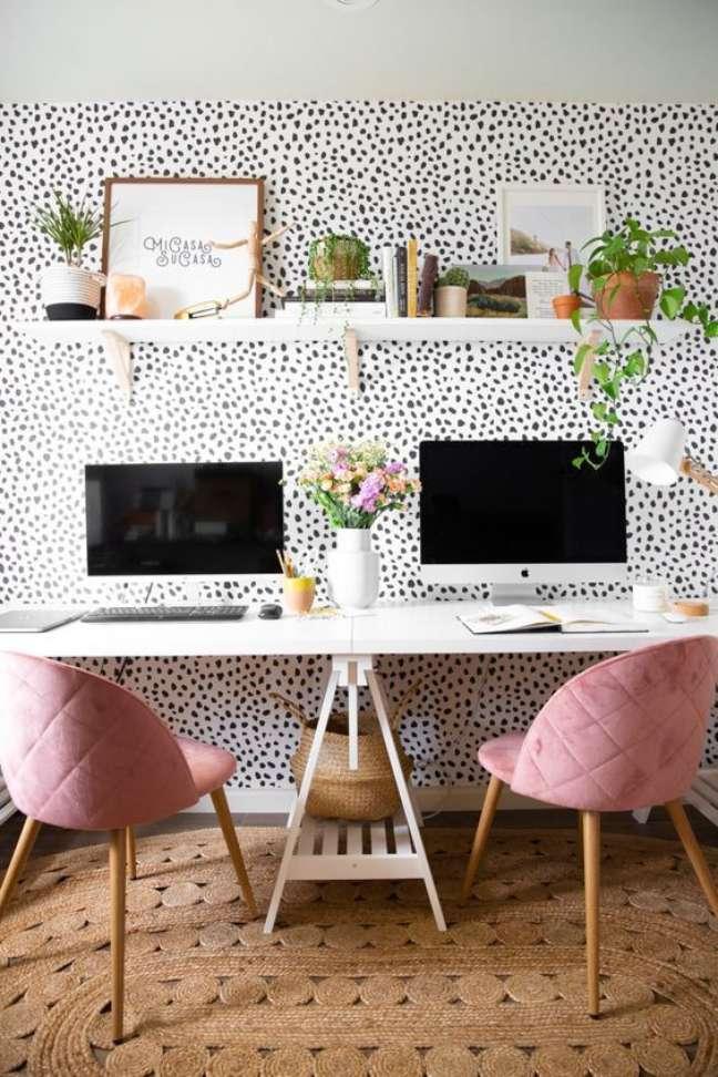 44. Home office na sala moderna com papel de parede criativo – Foto Beijos Blue e Poesia blog
