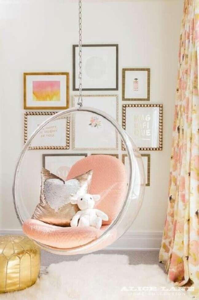 35. Decoração clean com cadeira de balanço moderna suspensa para quarto infantil – Foto: Fashionismo