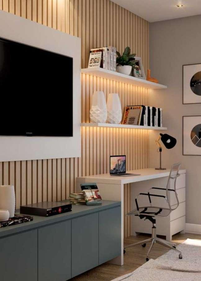 5. Home office na sala de estar planejada com rack escrivaninha branca e painel para tv – Foto Pinterest