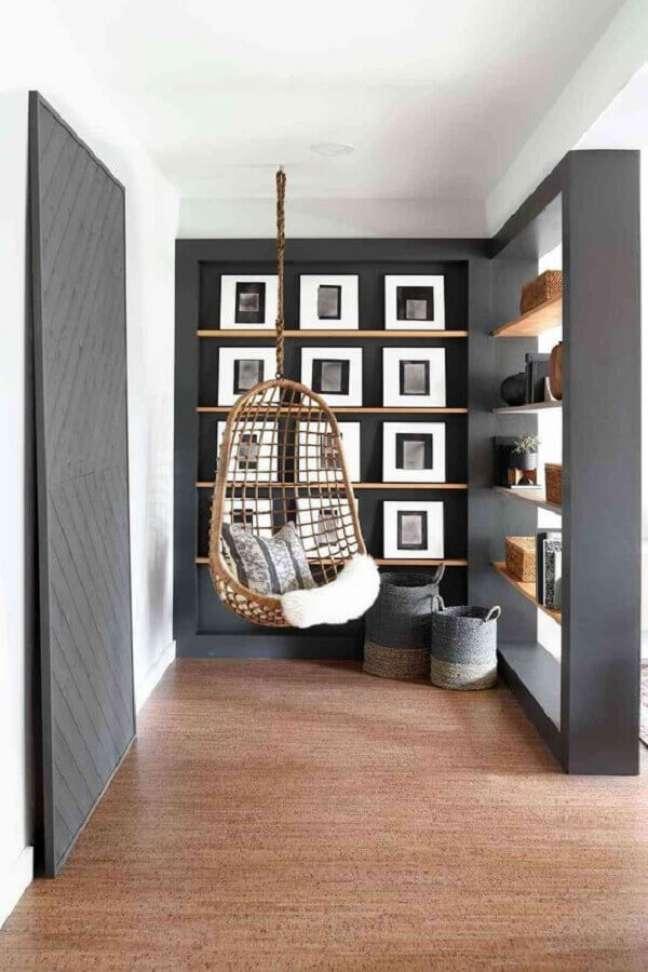 11. Cadeira de balanço suspensa para decoração de cantinho de descanso em tons de cinza – Foto: Home Fashion Trend