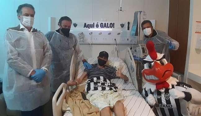 Felipe Fiu teve a visita de Cuca, do Galo Doido e do presidente do clube, em apoio à sua luta contra o câncer-(Divulgação)