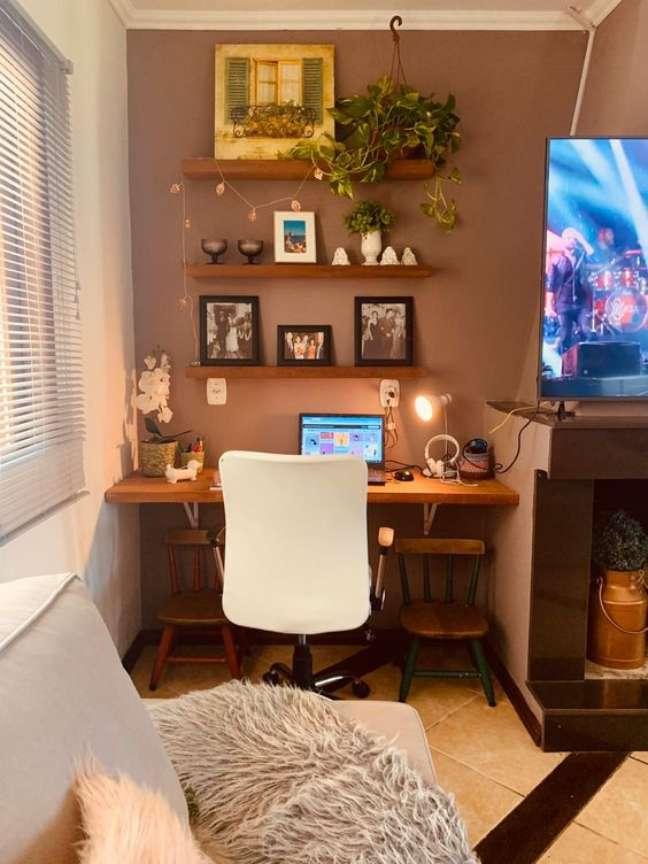 25. Home office na sala com escrivaninha de madeira – Foto Bendita