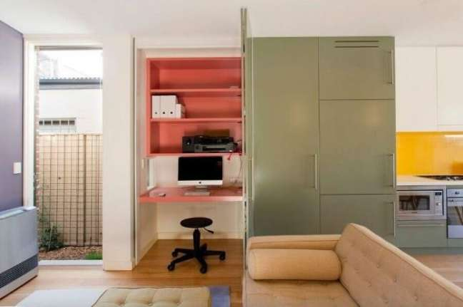 3. Casa planejada com home office pequeno na sala de estar – Foto Danny Broe Architect