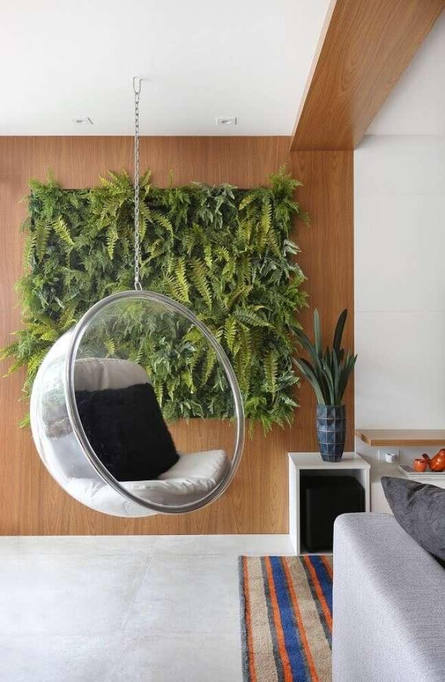 30. Cadeira de balanço suspensa para varanda decorada com jardim vertical – Foto: Rúbia M. Vieira Interiores