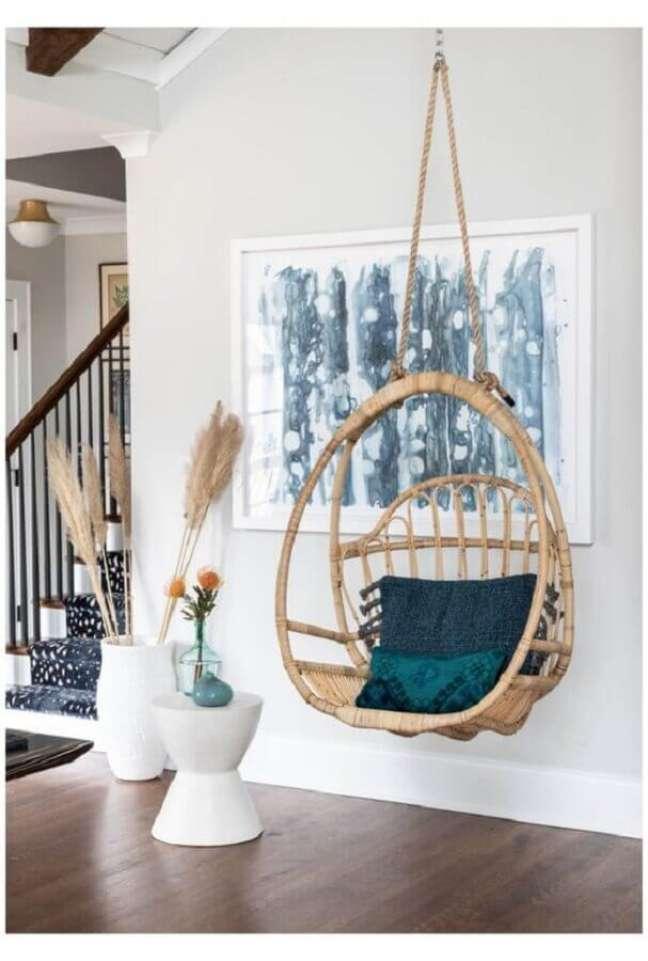 40. Decoração com cadeira de balanço suspensa para sala branca – Foto: Pinterest