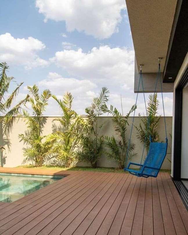3. Cadeira de balanço suspensa para varanda de casa com piscina – Foto: Cobogó Estúdio