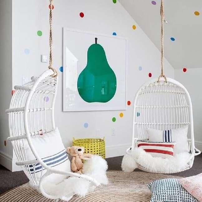 18. Cadeira de balanço suspensa para quarto infantil branco decorado com bolinhas coloridas para parede – Foto: Casa Très Chic