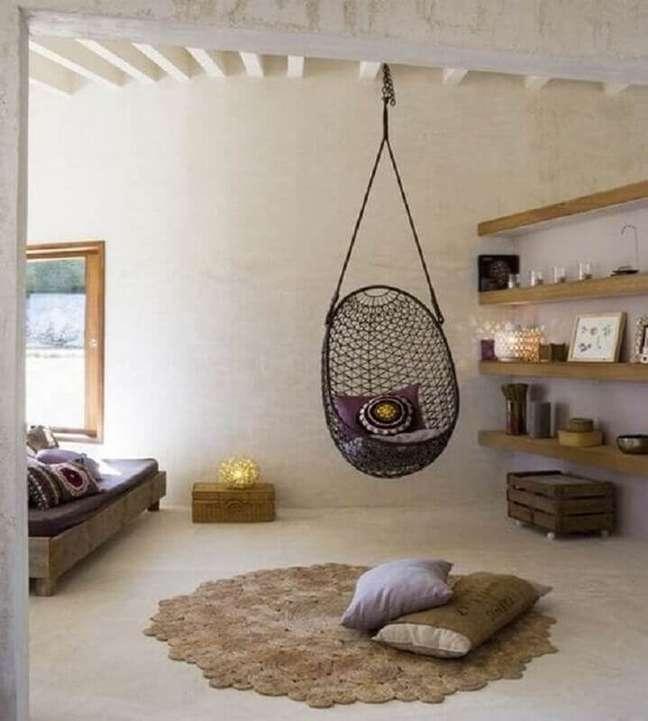 59. Quarto rústico decorado com prateleiras de madeira e cadeira suspensa de balanço – Foto: Pinterest