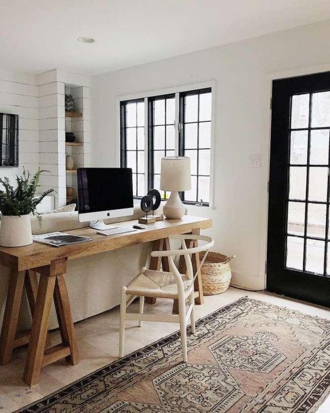 24. Home office na sala atrás do sofá branco – Foto Architectural Digest