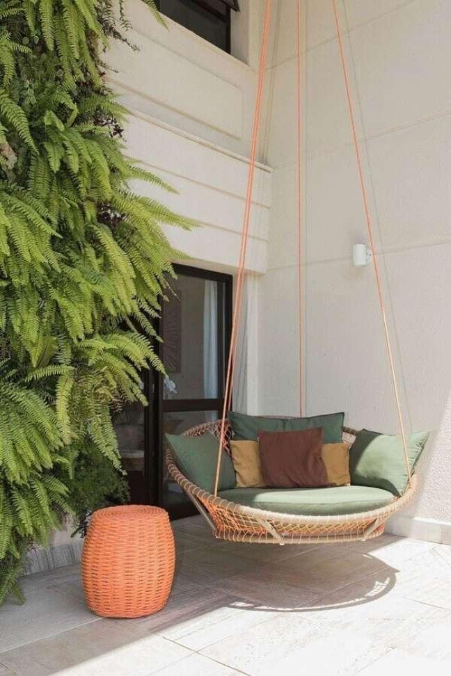 63. Varanda decorada com cadeira suspensa de balanço confortável – Foto: Casa de Valentina