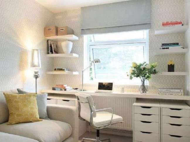 68. Sala decorada com escrivaninha branca e gaveteiros organizadores – Foto Alex Maguire