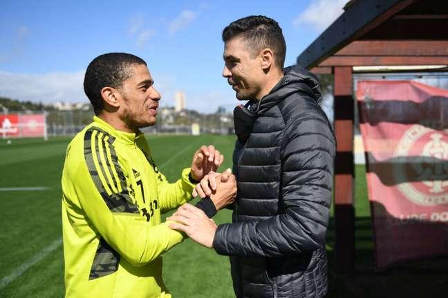 Taison e o ex-jogador Bolivar no treino do Internacional nesta sexta-feira. (Foto: Divulgação/Ricardo Duarte)