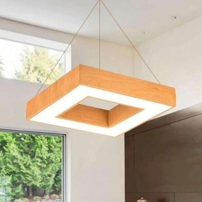 36. Lustre de madeira quadrado para sala moderna – Foto Pinterest