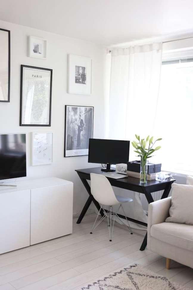 39. Home office na sala de estar pequena em preto e branco – Foto Home via Laura